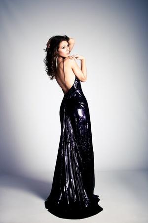 plan �loign�: jeune femme brune � la robe longue �l�gant, studio abattu