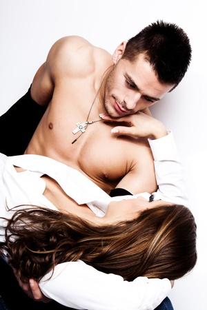 sensuel: jeune couple amoureux, studio abattu
