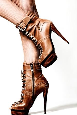 pies sexis: piernas femeninas en zapatos de plataforma de tac�n marr�n, studio disparo Foto de archivo