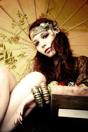 barrettes: giovane donna con accessori moda e ritratto di parasole