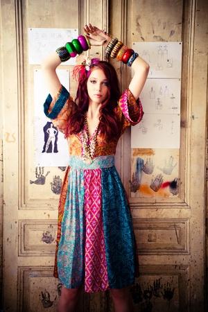 barrettes: ragazza in abito estivo colorati e sacco di braccialetti di stare di fronte porta