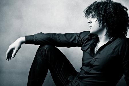 cabello rizado: hombre joven con retrato de pelo rizado, perfil, disparo de studio