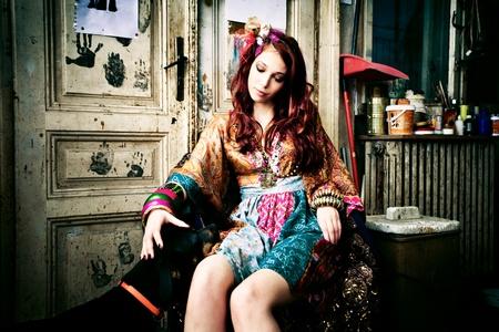 indoor shot: mujer joven en ropa colorida obra con perro, cubierta rodado, Foto de archivo