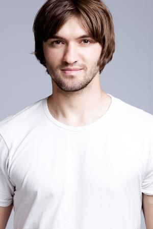 mann mit langen haaren: gut aussehend J�ngling in wei�es T-shirt, Studio shot Lizenzfreie Bilder