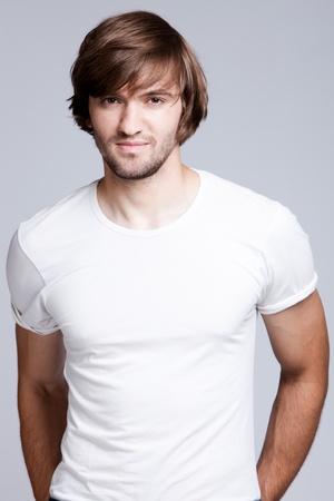 mann mit langen haaren: Junge gut aussehend Mann im wei�en t-Shirts, Studioaufnahme Lizenzfreie Bilder
