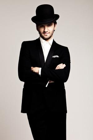 caballeros: joven elegante de smoking negro y cl�sico, tiro del estudio
