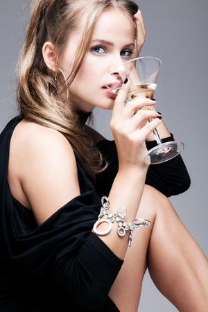 blonde yeux bleus: blond, femme, boire martini, tourné en studio