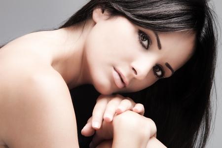cabello negro: joven mujer con cabello negro de largas recta, retrato de belleza