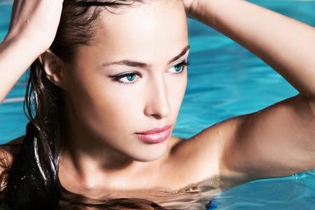 mooie vrouwen: jonge vrouw schoonheid staand in het water