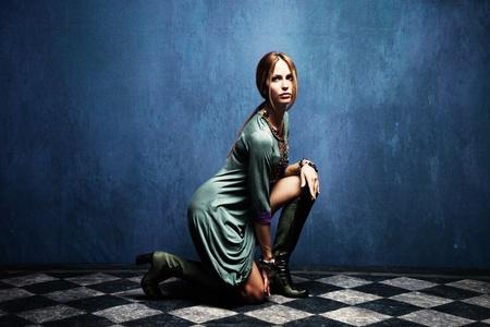 full body shot: hermosa mujer posando en el suelo, tiro de todo el cuerpo, tiro interior