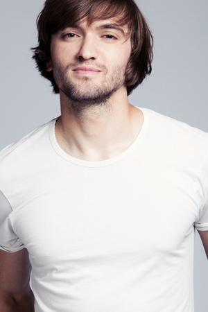 mann mit langen haaren: junger Mann lange Haare im wei�en T-Shirt Portr�t Lizenzfreie Bilder