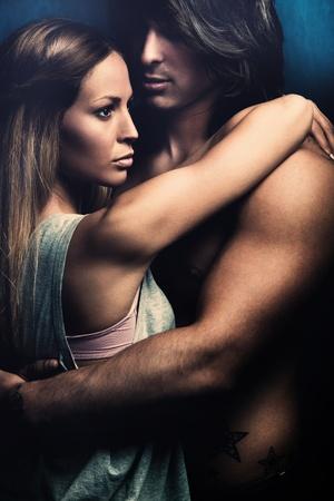 parejas sensuales: hermosa pareja de jóvenes enamorados