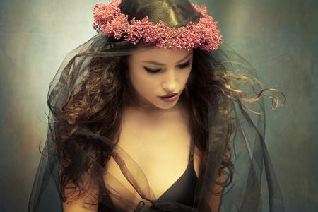 fantasia: graciosa joven con corona de flores y velo negro Foto de archivo