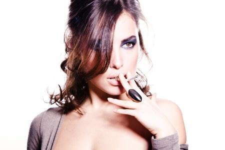 fumando: atractiva morena con el cigarrillo, blanco, estudio, Foto de archivo