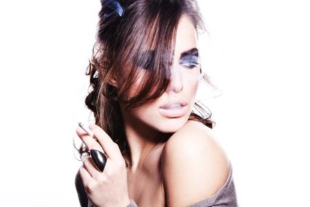 persona fumando: mujer sexy morena con el retrato clave de cigarrillos de alta