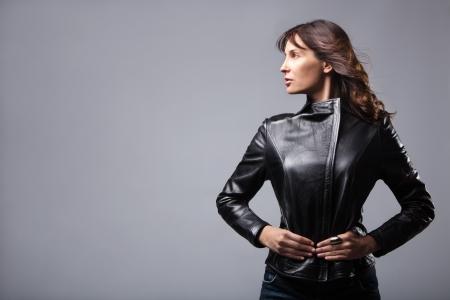 chaqueta de cuero: mujer adulta en chaqueta de cuero negro, tiro del estudio Foto de archivo