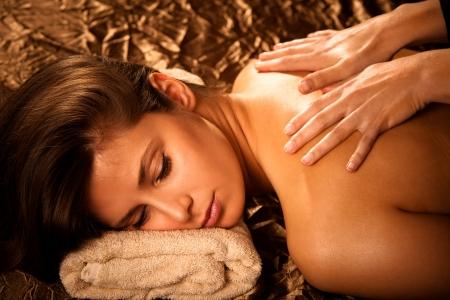 massaggio: donna di tornare in salone massaggio spa Archivio Fotografico