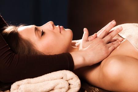 massaggio collo: donna, massaggio cervicale entrare in spa