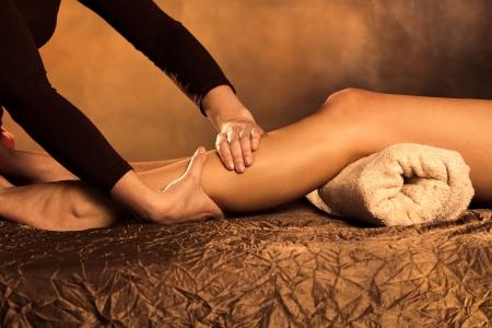 massage pied: technique de massage dans le spa de jambes Banque d'images