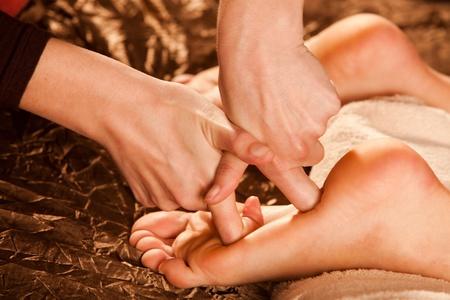 pied fille: technique de massage des pieds
