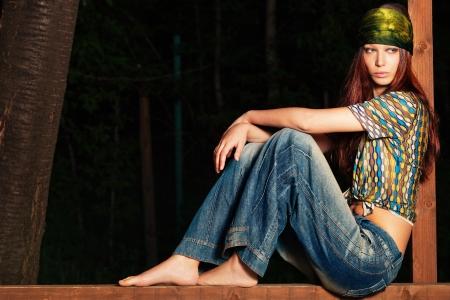 shawl: jonge blote voeten vrouw in hippie stijl kleding, outdoor schot, full body shot