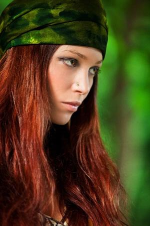 visage femme profil: portrait jeune femme en bois, une petite quantité de grain ajouté, Banque d'images