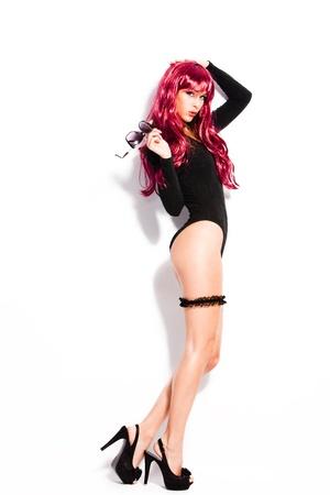 sexy beine: attraktive junge Frau in schwarzer K�rper High Heels und rote Per�cke, Ganzk�rperfoto, studiowei�