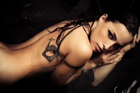 modelo desnuda: mujer sensual desnuda en el agua negro