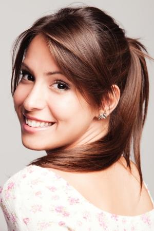 sonrisa: amigable mujer joven y sonriente retrato de estudio de disparo