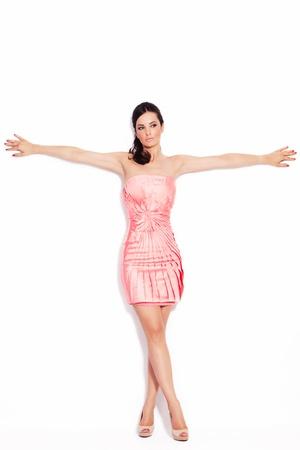 vestido corto: mujer adulta bonita en elegante vestido corto y zapatos de tac�n alto en el fondo blanco