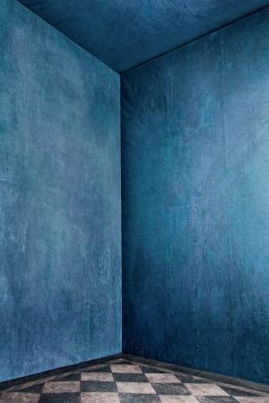 Ecke grunge Raum mit blauen alten Mauern und Fliesen Lizenzfreie Bilder