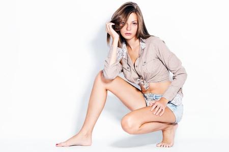 junge barfuß Mode-Modell in Hemd studio shot