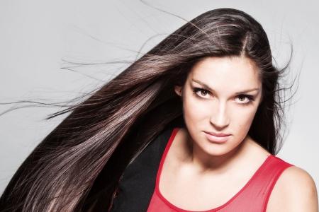 Schönheit Frau Porträt mit langen glänzendes Haar studio shot horizontale
