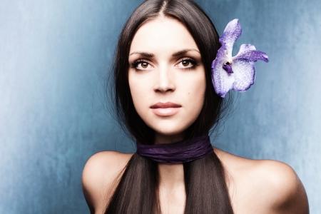 orchidee: Ritratto di donna stilizzato con orchidea studio shot Archivio Fotografico