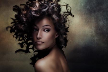 beauté: beau beauté blanc jeune femme avec les cheveux tiré en mouvement