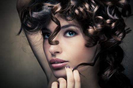 Sinnliche Brünette Frau mit glänzenden curly seidiges Haar studio shot Standard-Bild - 15264053