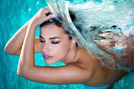 junge Frau Schönheit Porträt im Wasser