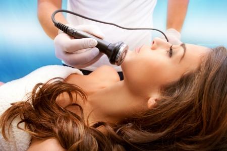 Frau Gesicht Behandlung in medizinischen Wellnessbereich