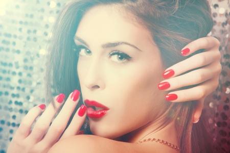 labios rojos: Retrato de la belleza en la neblina de la mujer joven con los labios rojos y u�as