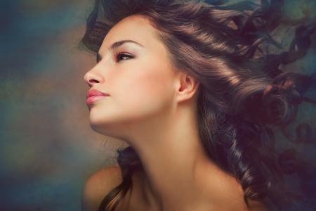 dark skin: fantasia bellezza ritratto di una giovane donna di pelle scura