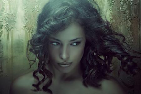 dark skin: fantasia bellezza ritratto di una giovane donna di pelle scura nei toni smeraldo