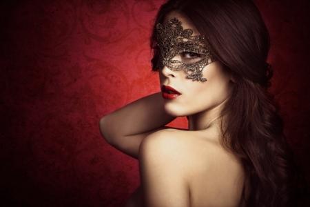 labios sensuales: sensual y bella mujer con máscara de encaje, tiro del estudio Foto de archivo