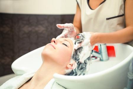 junge Frau am Friseur Haare waschen