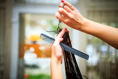 indoor shot: peluquer�a hacer corte de pelo a tiros cerca de interior