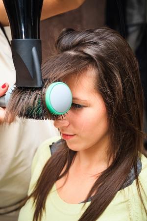 secador de pelo: mujer joven en la peluquer�a no peluquer�a