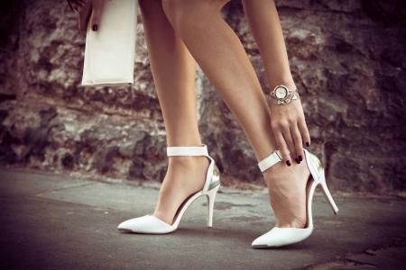 Frau Beine in eleganten weißen Schuhen mit hohen Absätzen im Freien erschossen in der Stadt Sommertag