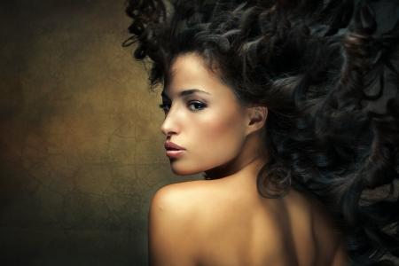 野生の美しい黒い髪の女性の髪の動きとショット 写真素材