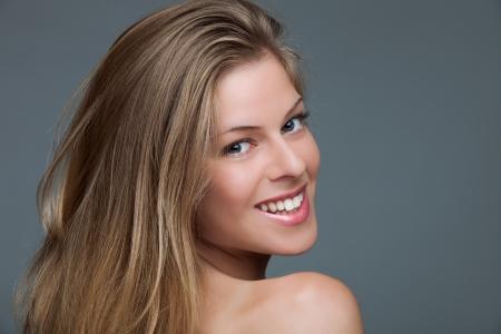 bionda occhi azzurri: sorridente naturali bionda occhi azzurri giovane donna, studio, colpo