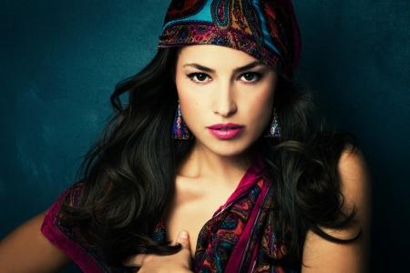 schönen orientalischen Look junge Frau mit Schal auf blauem Hintergrund