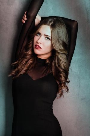 labios sensuales: sensual mujer rubia en traje negro ajustado